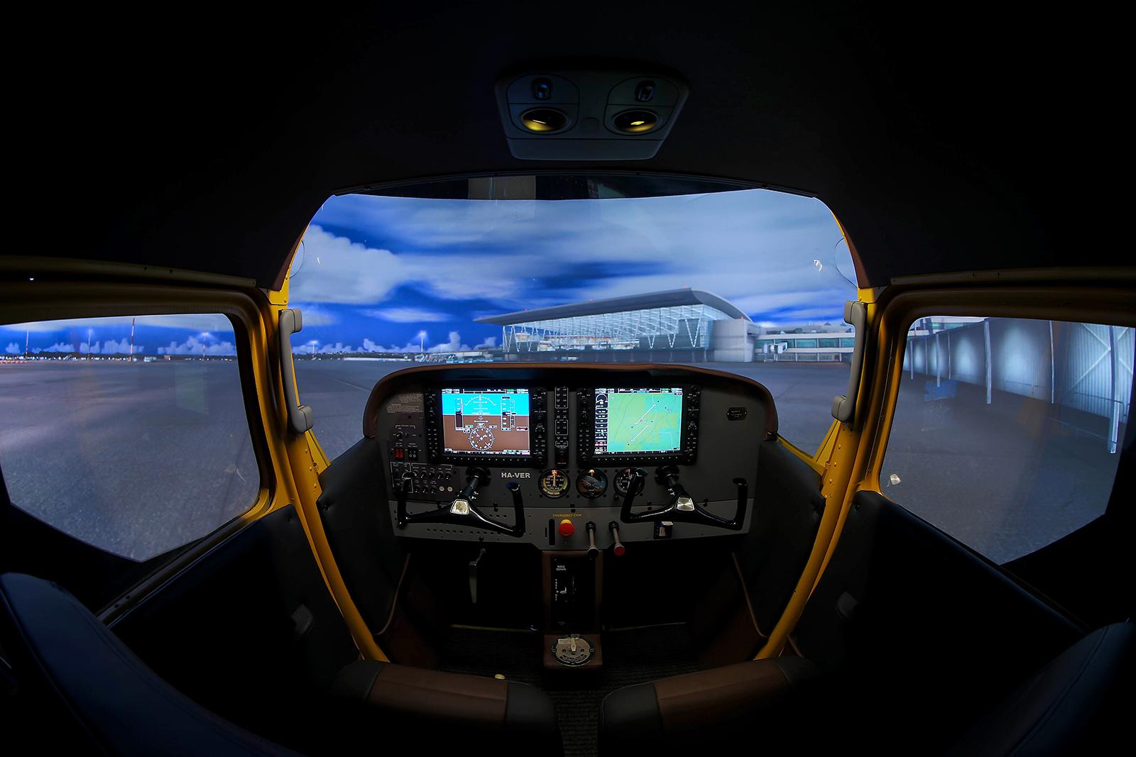 A hatalmas ablakfelületen jobban kilátni, mint a nagygépekből, ez is emeli a repülési élményt. | © AIRportal.hu