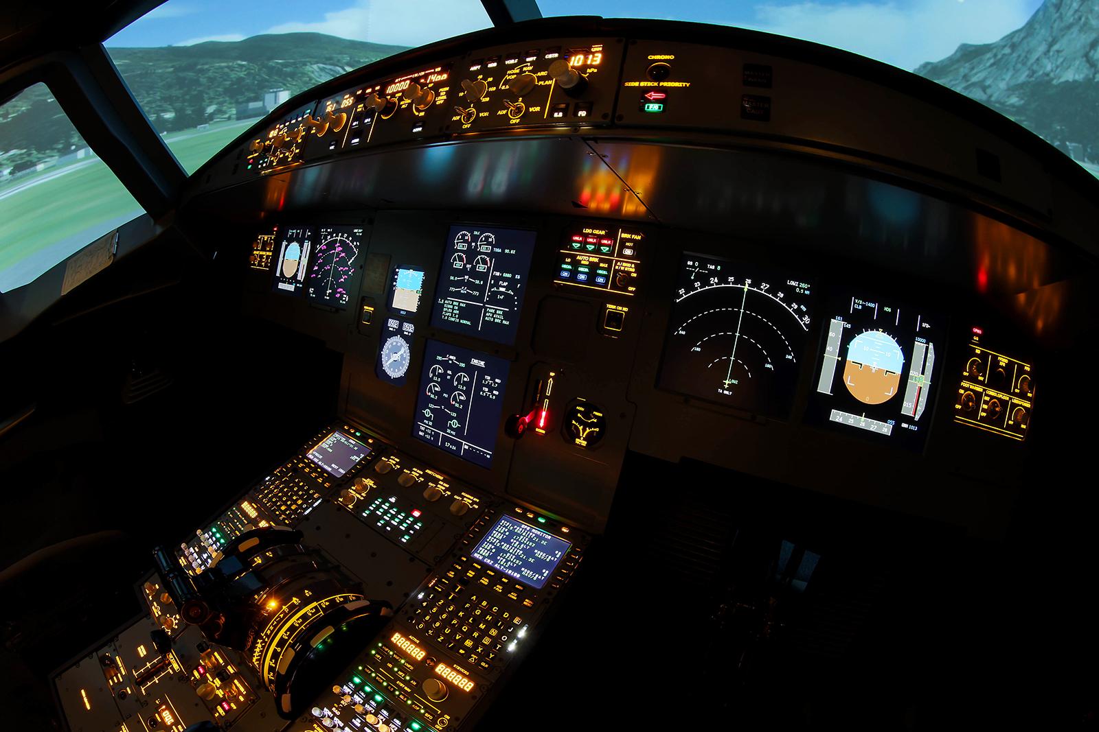 Az Airbus-szimulátor pilótafülkéje is teljesen egyezik az igaziéval. | © AIRportal.hu