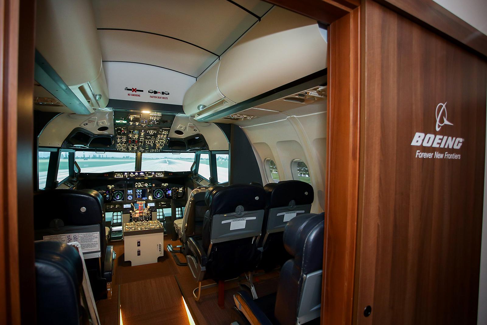 A Boeing 737 repülőgép-szimulátor ajtaja mindenki előtt nyitva áll, bárki kipróbálhatja a repülőgép vezetést a neki tetsző típuson. (Fotók: Pilots) | © AIRportal.hu