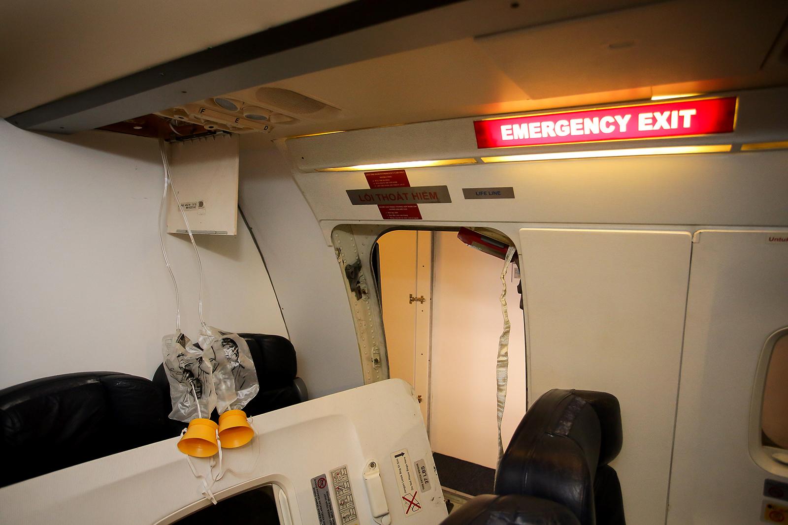 Boeing utastér eredeti elemekből összerakott belsővel és szárny feletti vészkijáratokkal. Aki szeretné, a menekülést is gyakorolhatja. | © AIRportal.hu