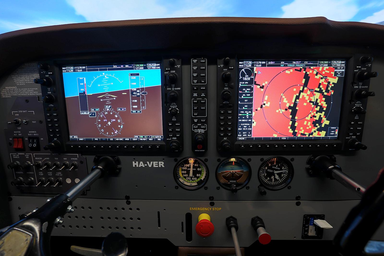 Sok igazi magyarországi Cessna-tulaj megirigyelne egy ilyen high-tech Garmin1000-es műszerfalat az analóg műszerek helyett. | © AIRportal.hu