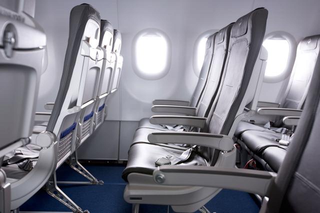 """Ugyanazon a széken ül a """"fapados"""" és a business utas is, a prémium osztályon a középső ülések üresek.   © AIRportal.hu"""