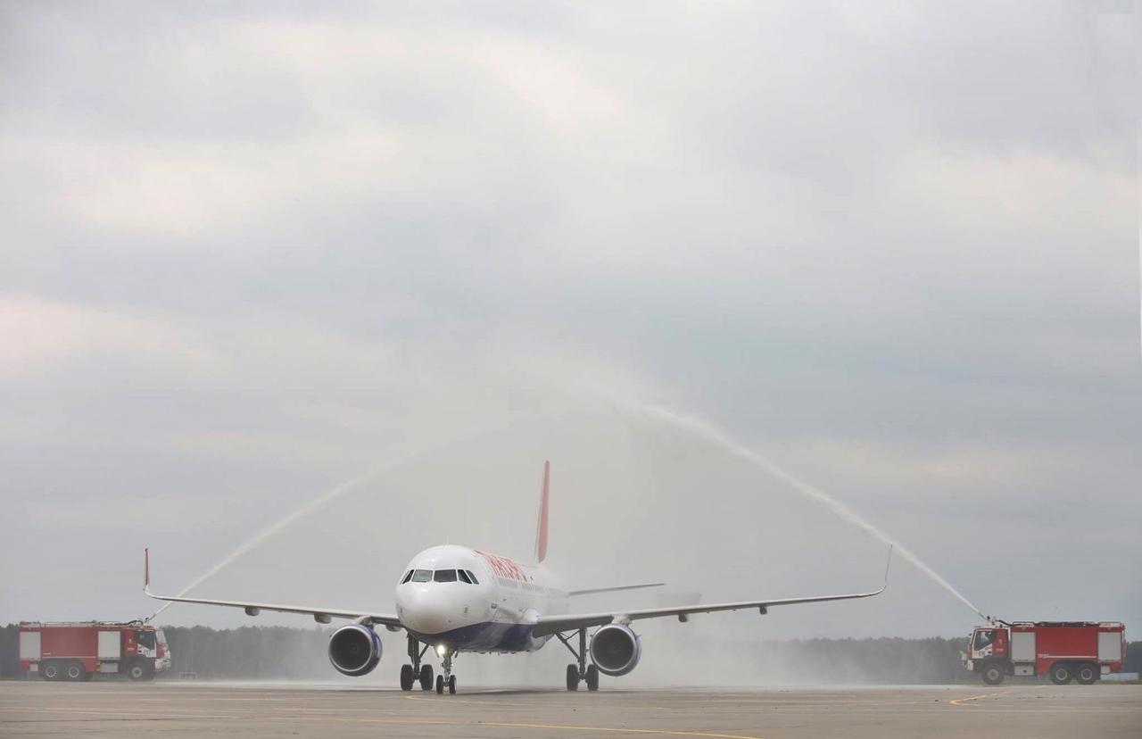 Az elmaradhatatlan vízsugaras köszöntés az első A321-es érkezésekor, július 28-án. (Fotó: Transaero Airlines) | © AIRportal.hu