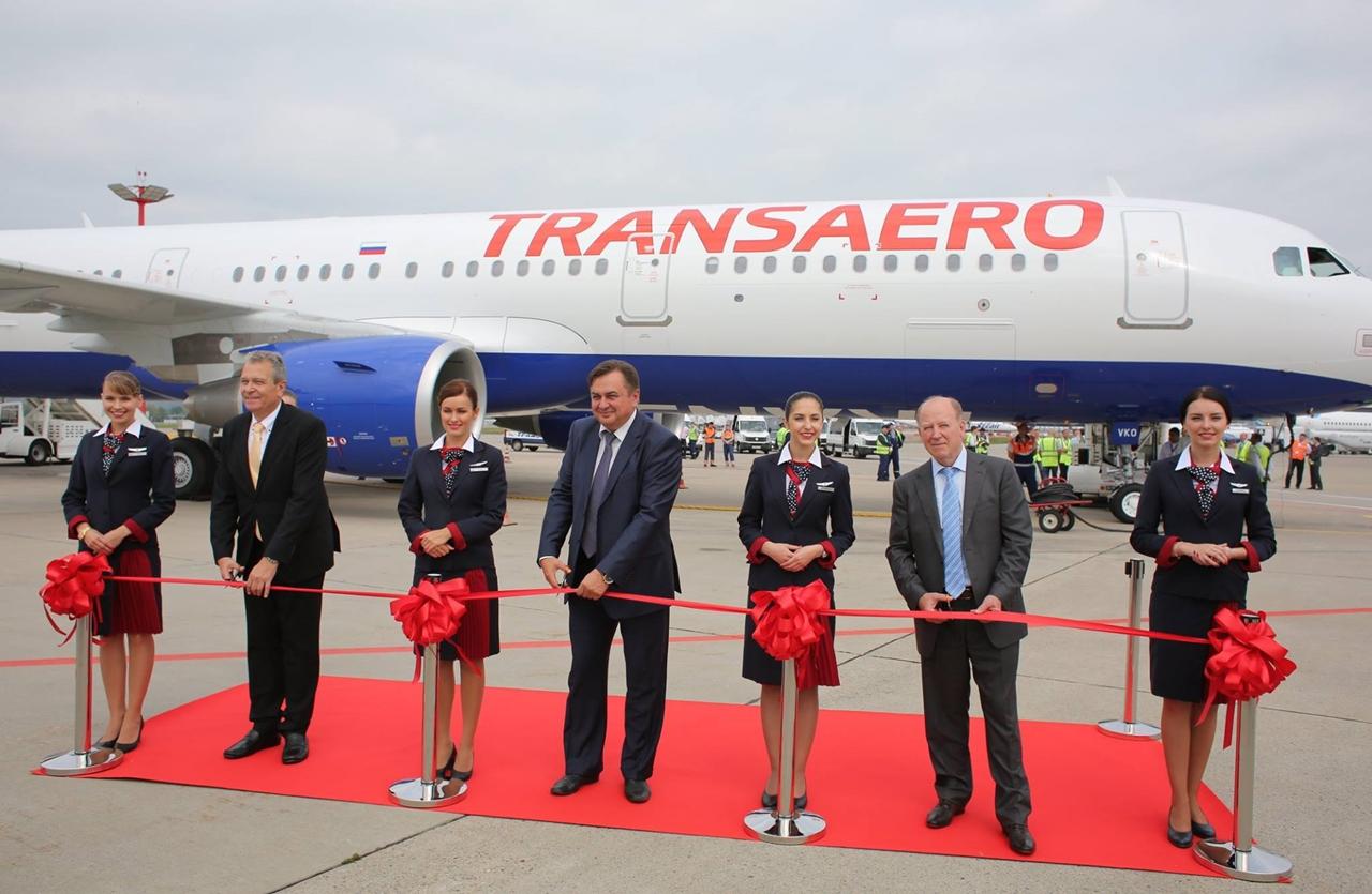 Ünnepélyes szalagvágás az új gép előtt. (Fotó: Transaero Airlines) | © AIRportal.hu