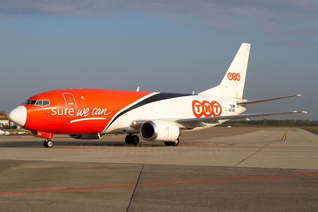 A TNT Airways osztrák lajstromjelű Boeing 737-es szállítógépe Ferihegyen. (Fotó: Ispán Tamás - AIRportal.hu)   © AIRportal.hu