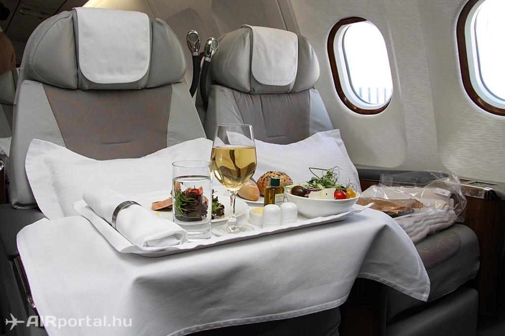 Ülés és teríték az Emirates A330-200-asának business osztályán. Fotó: Csemniczky Kristóf - AIRportal.hu | © AIRportal.hu