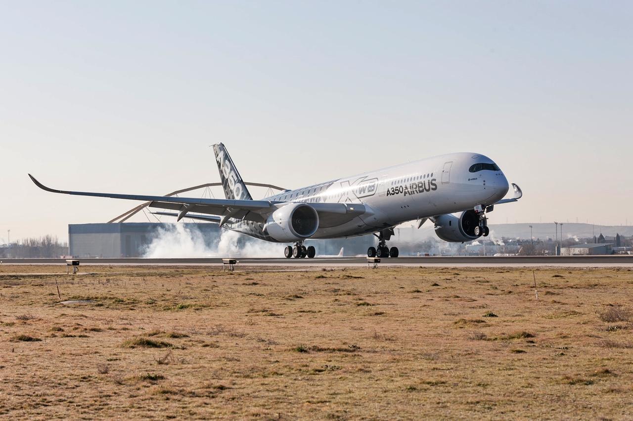 Az egyik A350-900-as prototípus az első, bemutatkozó látogatása alkalmával Madridban, 2015 februárjában. (Fotó: Airbus) | © AIRportal.hu