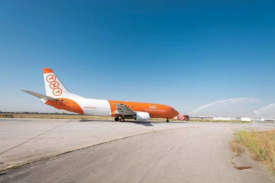 A Tuniszba érkező TNT Boeing 737 Freighter vízsugaras köszöntése. (Fotó: TNT) | © AIRportal.hu