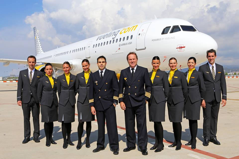 Vueling pilóták és légiutas-kísérők az egyik A321-es előtt. (Fotó: Vueling) | © AIRportal.hu