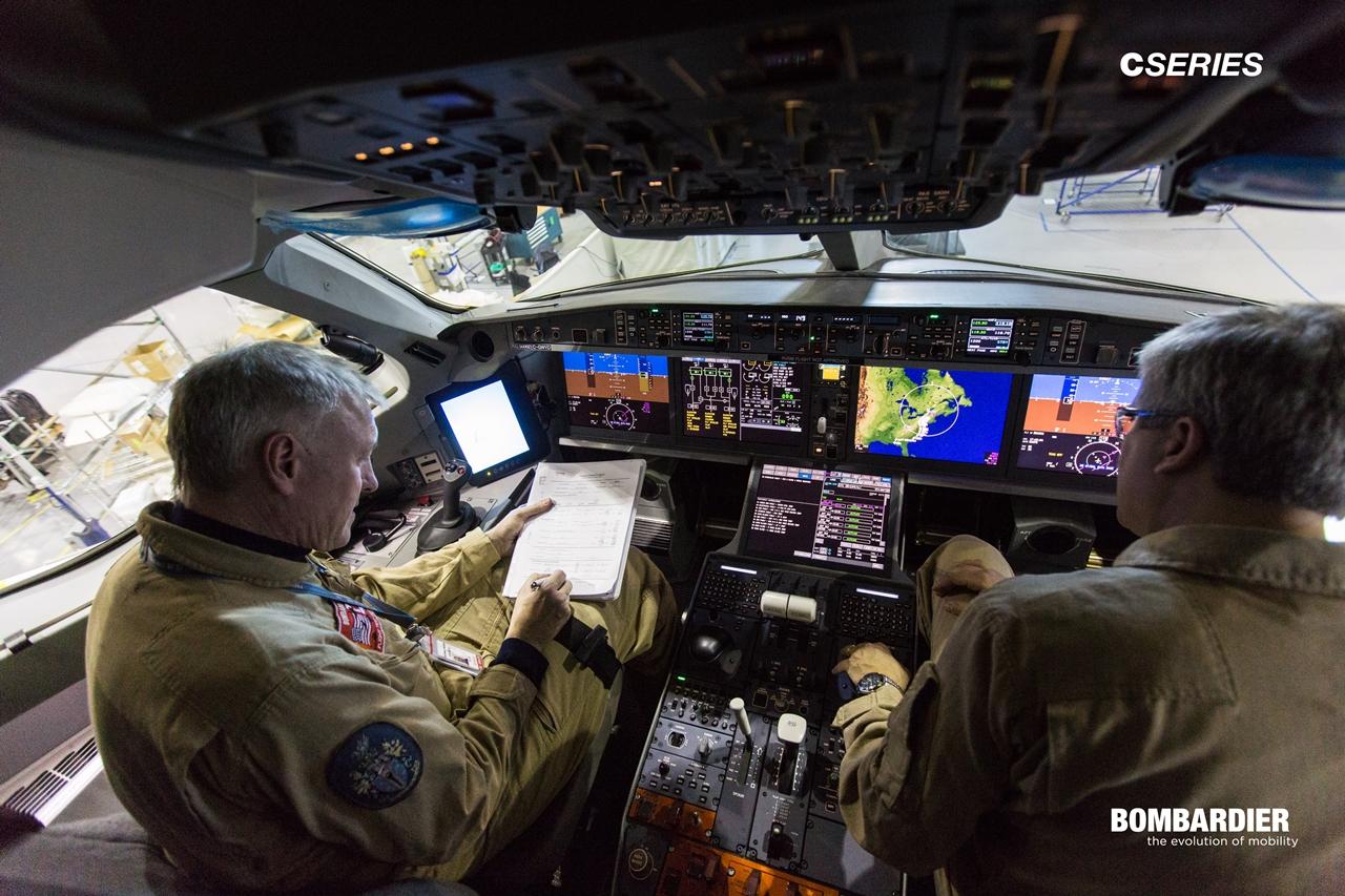 A legmodernebb, nagyképernyős pilótafülke is a CSeries sajátja.(Fotó: Bombardier CSeries) | © AIRportal.hu
