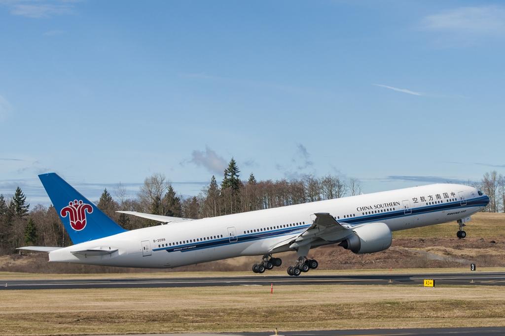 Felszállás közben a China Southern Airlines első Boeing 777-300ER gépe. (Fotó: Boeing Company) | © AIRportal.hu