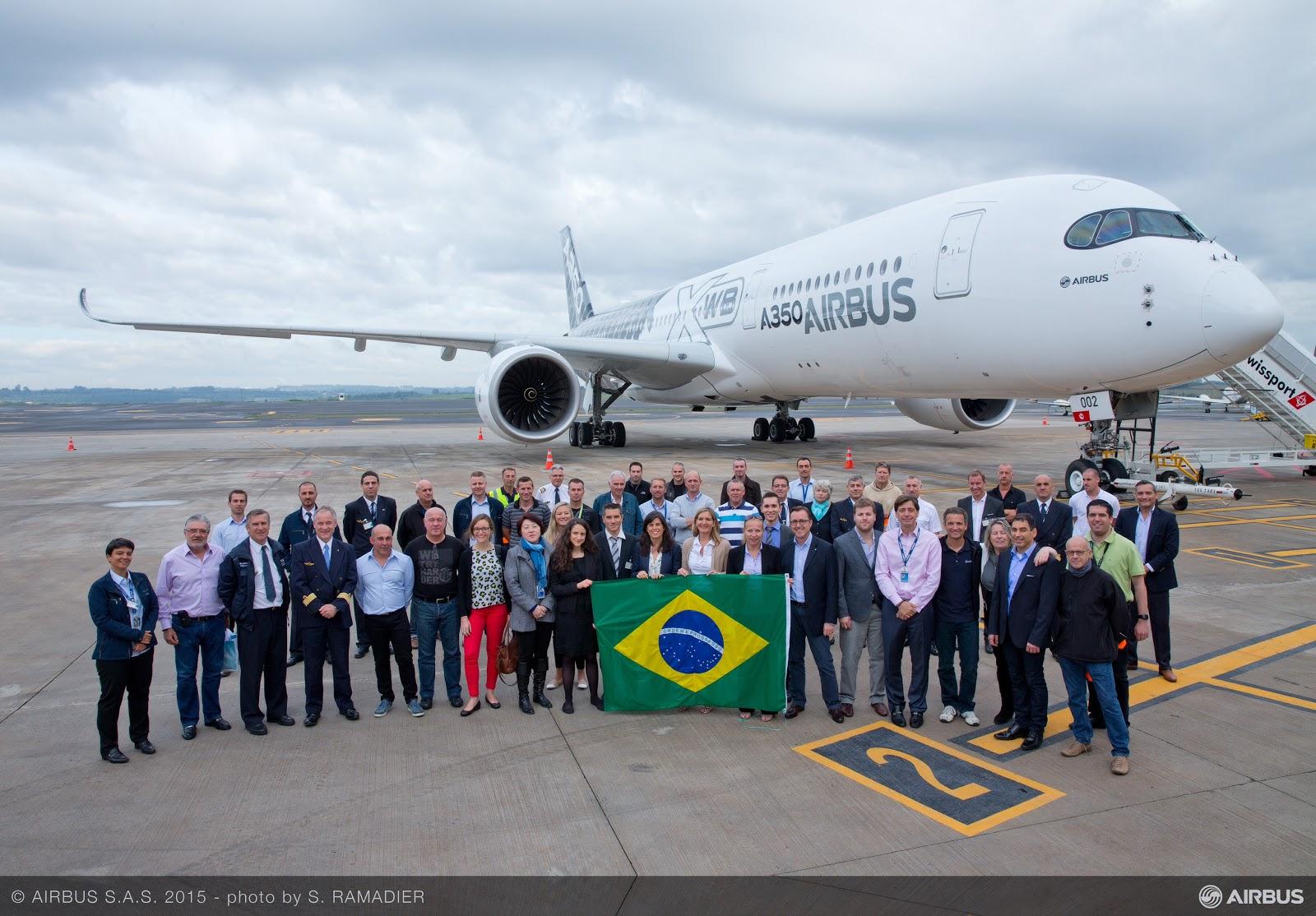 Brazil zászlós csoportkép és az egyik A350-900 prototípus. (Fotó: Airbus) | © AIRportal.hu