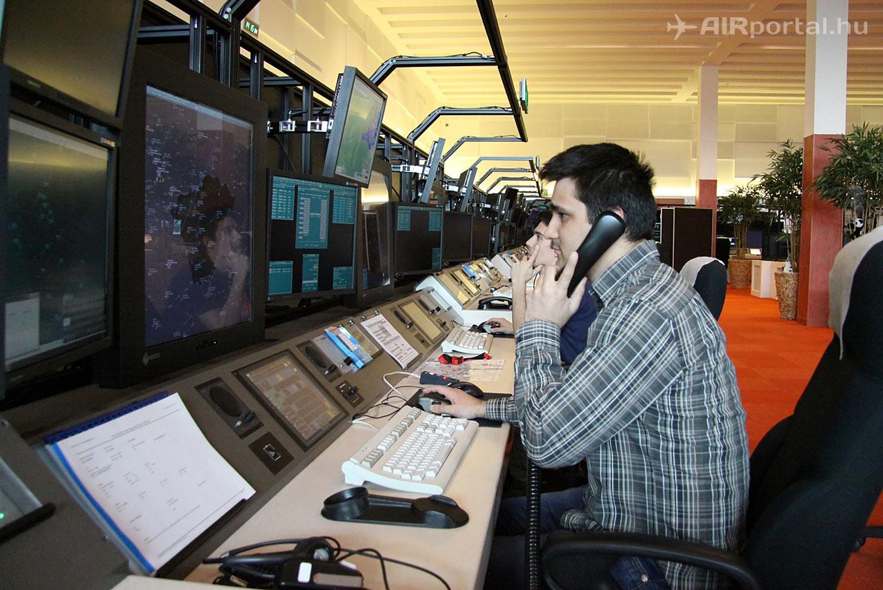 Magyar légiforgalmi irányítók munka közben, a HungaroControl épületében. (Fotó: Csemniczky Kristóf - AIRportal.hu) | © AIRportal.hu
