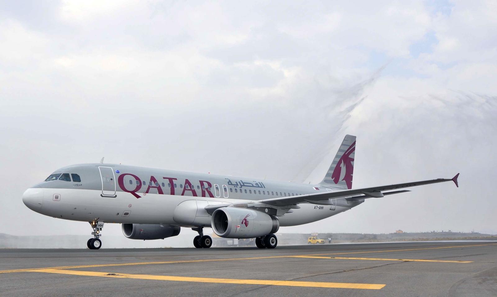 Vízsugaras köszöntés közben a nyitójáratot teljesítő gép, szeptember 2-án. (Fotó: Qatar Airways) | © AIRportal.hu