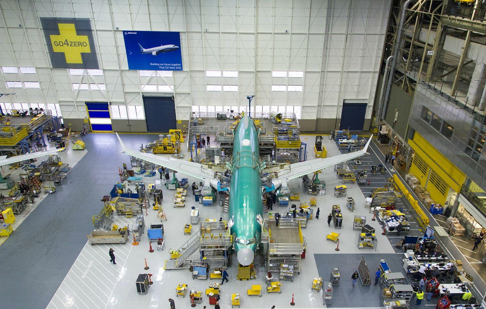 A 737 MAX-8 prototípusa magasból, szemből.(Fotó: Boeing Company)   © AIRportal.hu
