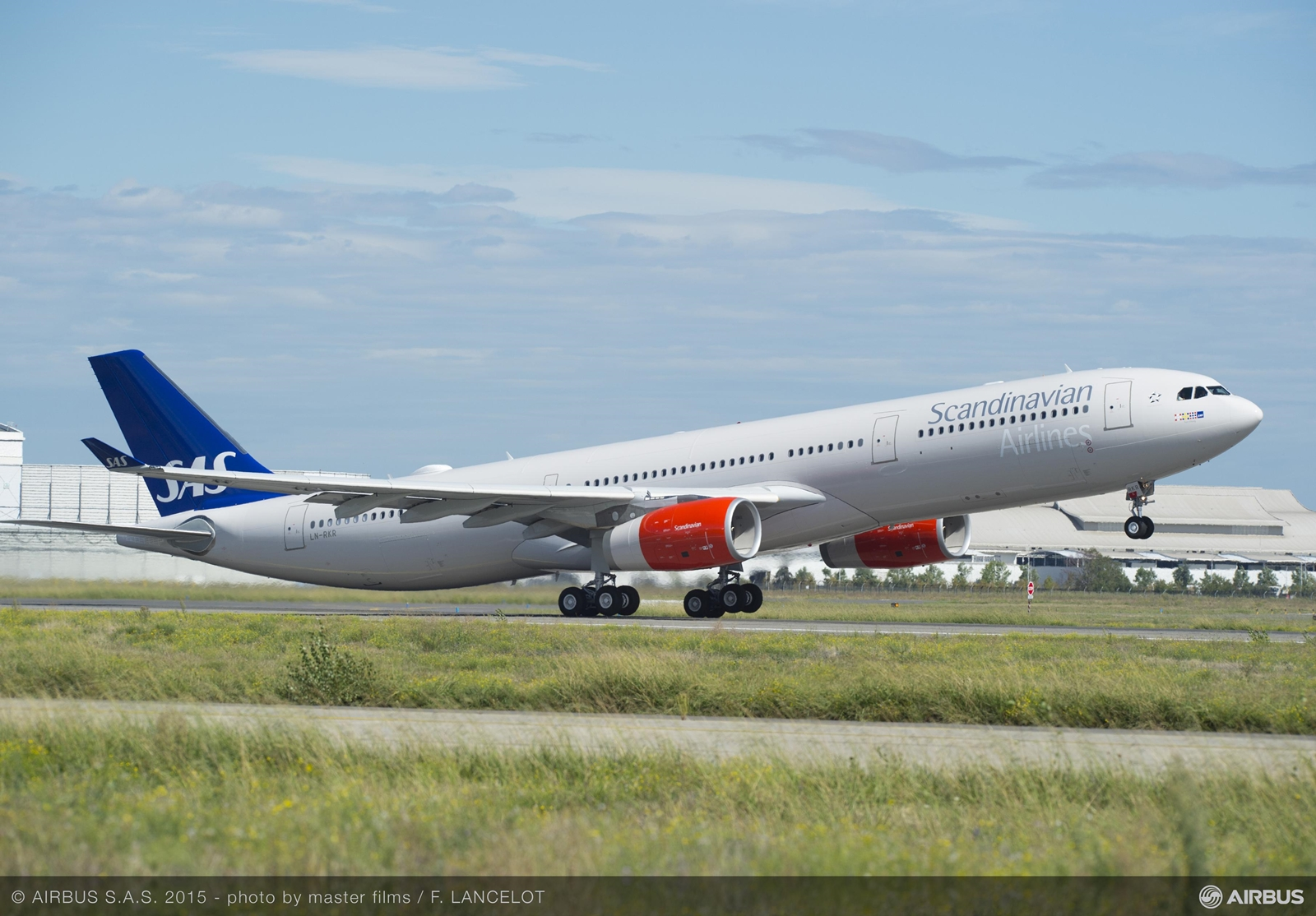 Felszállás közben Toulouse-ból az SAS első megnövelt teljesítményű A330-300-asa. A gép fedélzete három osztályon összesen 262 utas szállítására alkalmas. (Fotó: Airbus) | © AIRportal.hu