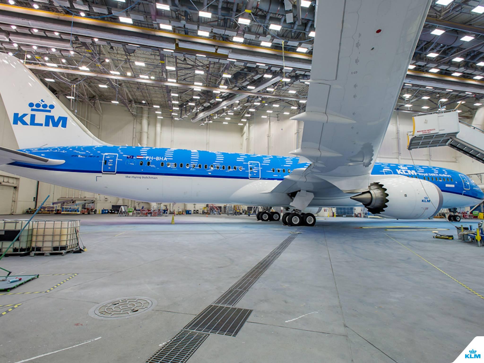 A KLM leendő első Dreamliere a festőhangárban. (Fotó: Boeing Company via KLM Royal Dutch Airlines) | © AIRportal.hu