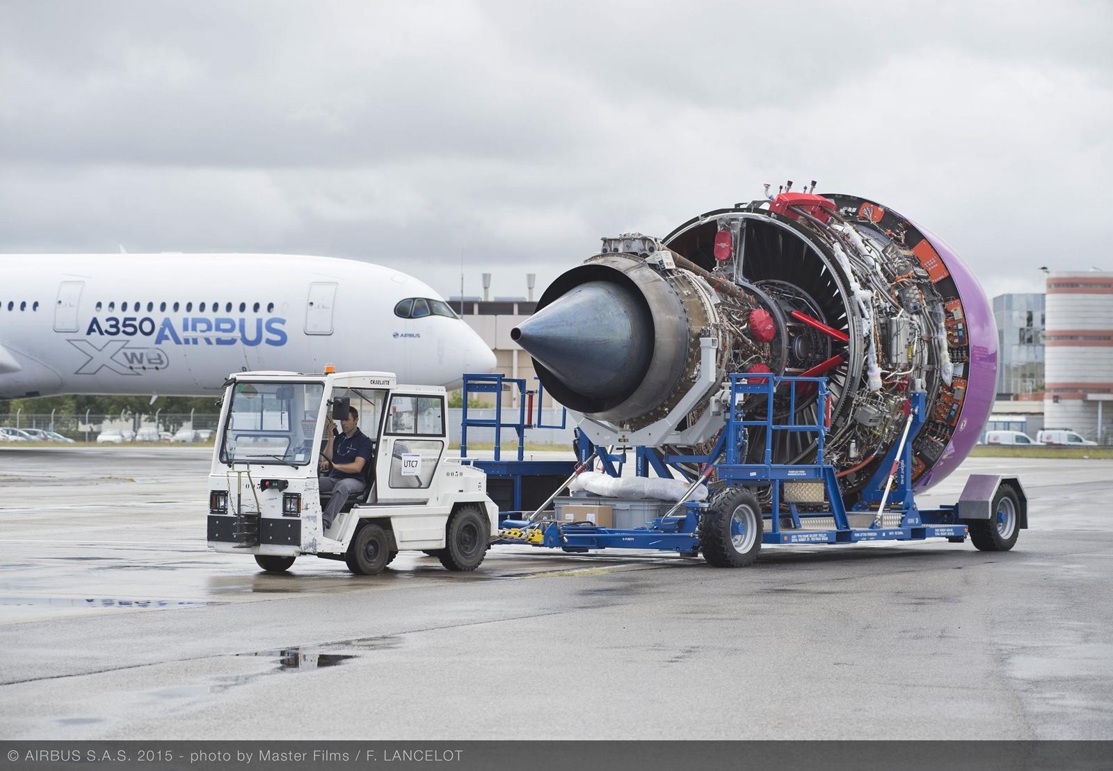 Az A350-1000-es hajtóműve egy A350-900-as prototípussal a háttérben. (Fotó: Airbus) | © AIRportal.hu