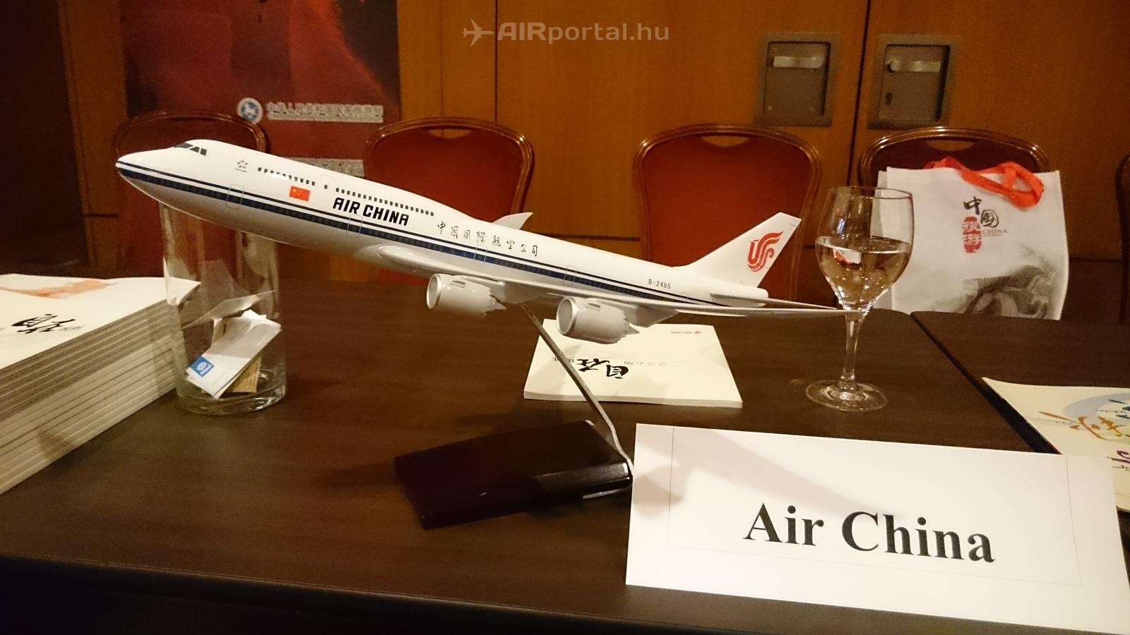 Az Air China kiállított Boeing 747-8 Intercontinental repülőgépmodellje. (Mobil fotó: Csemniczky Kristóf - AIRportal.hu) | © AIRportal.hu