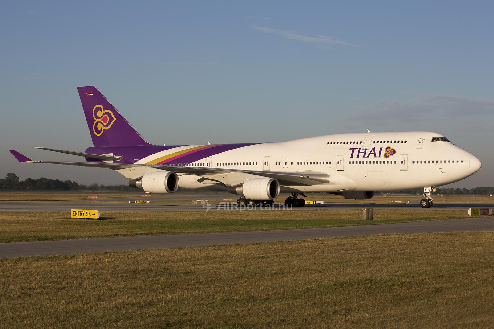 Az egyik legszebb festésű, még ma is szolgálatot teljesítő Boeing 747-400-as repülőgépek a Thai Airways Jumboi. A jellegzetes festés persze megmarad, de - többek közt - már modernebb repülőgépeken, a Boeing 787 Dreamlinereken és az Airbus A350 XWB repülőgépeken szeli majd az eget a következő években. (Fotó: AIRportal.hu)   © AIRportal.hu