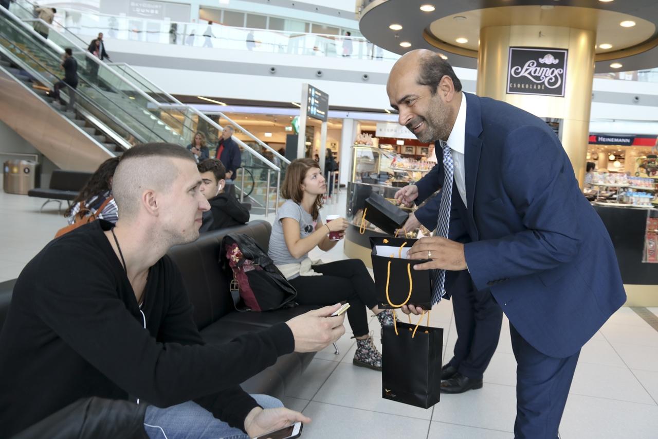 Kam Jandu, a Budapest Airport kereskdelmi igazgatója ajándékosztás közben a SkyCourt terminálban. (Fotó: Budapest Airport)   © AIRportal.hu