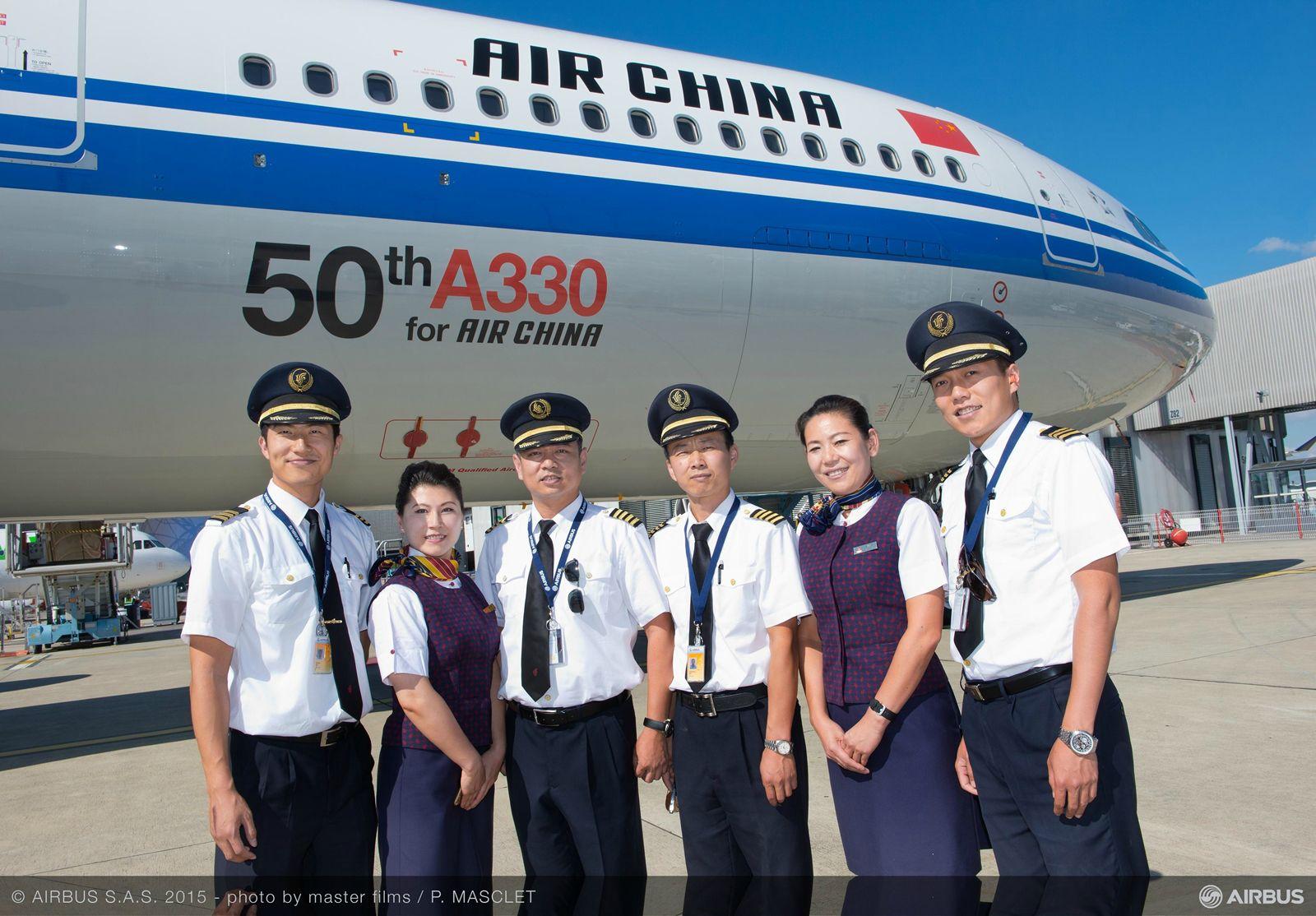 Crew csoportkép, háttérben a géppel, rajta az ötvenes jelzéssel. (Fotó: Airbus) | © AIRportal.hu