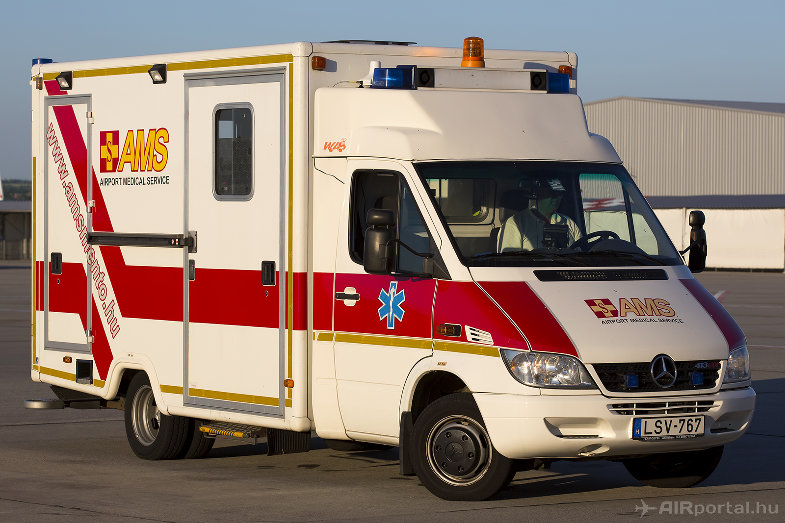 Az AMS repülőtéri egészségügyi szolgálat speciális repülőtéri mentőautója. (Fotó: AIRportal.hu) | © AIRportal.hu