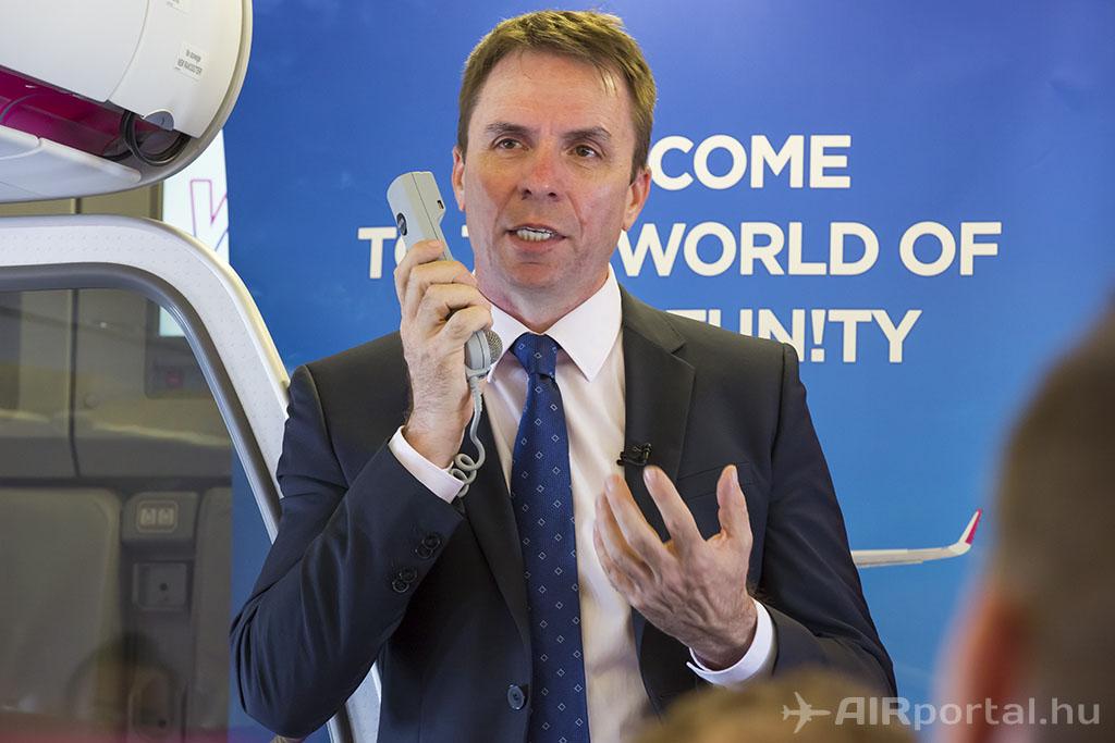 Váradi József, a Wizz Air vezérigazgatójának korábbi rendhagyó sajtótájékoztatója az első új festésű Wizz Air A320-as fedélzetén. (Fotó: AIRportal.hu) | © AIRportal.hu
