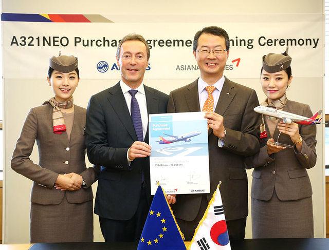 Az ünnepélyes aláírás az Asiana-val. (Fotó: Airbus) | © AIRportal.hu