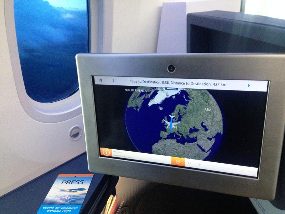 A fedélzeti szórakoztató rendszer érintőképernyője és kézi vezérlője a business osztályon. | © AIRportal.hu
