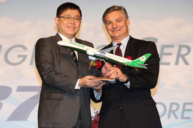 Az EVA Air elnöke, K.W. Chang és a Boeing Commercial Airplanes elnök-vezérigazgatója, Ray Conner az ünnepélyes aláírási ceremónián. (Fotó: Boeing Company) | © AIRportal.hu