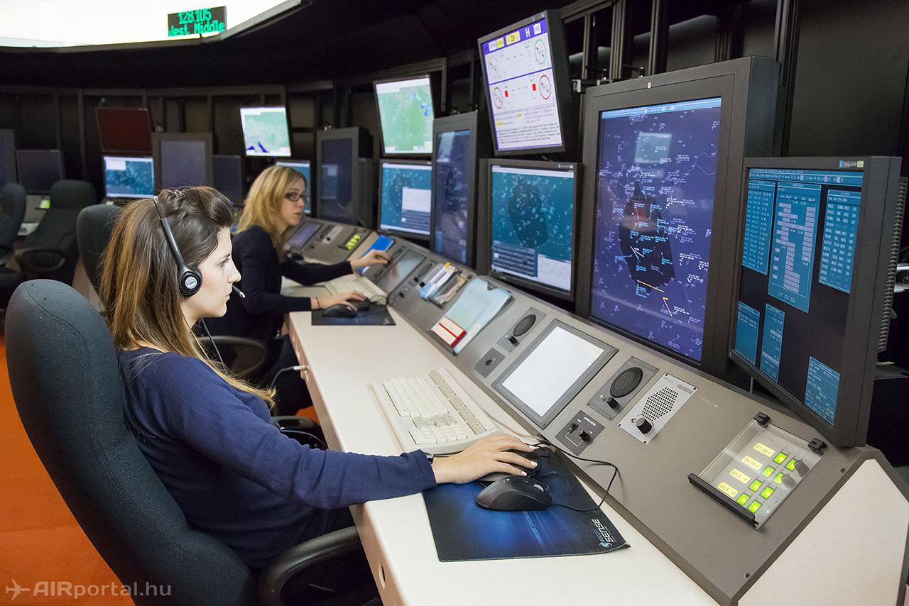 Teljesen véletlen, hogy ottjártunkkor éppen két hölgy irányított együtt a 133.2-es frekvencián. (Fotó: AIRportal.hu) | © AIRportal.hu