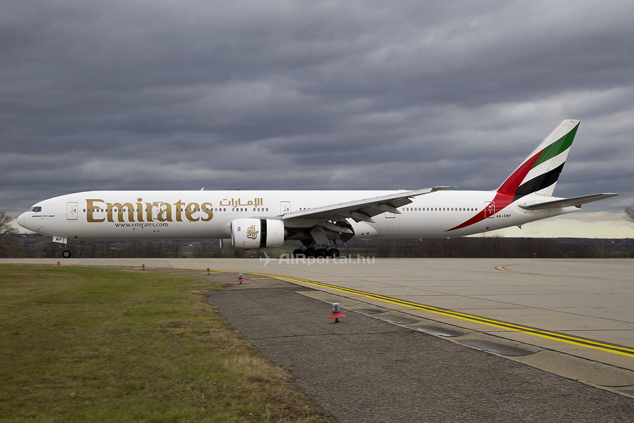 Erős oldalszélben ért földet Budapesten, a ferihegyi repülőtér 31R jelű futópályáján az Emirates A6-EMP lajstromjelű Boeing 777-300-as repülőgépe. | © AIRportal.hu
