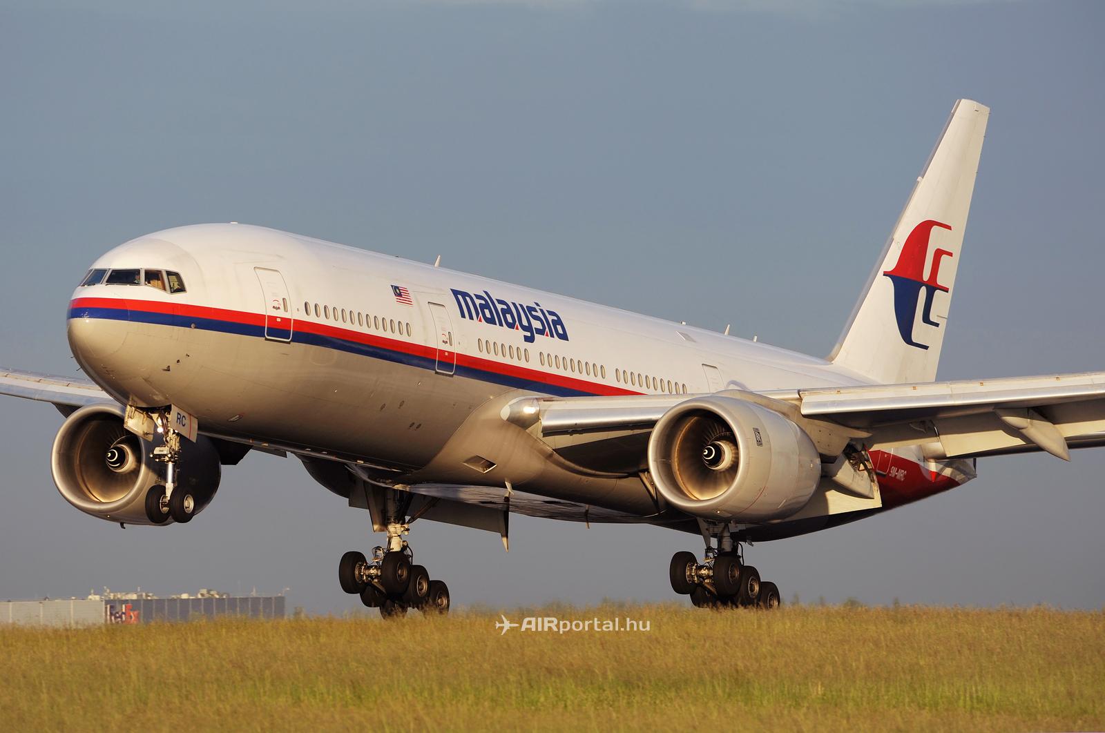 A Malaysian Airlines Boeing 777-200ER típusú repülőgépe a párizsi Charles de Gaulle repülőterén.(Fotó: Kovács Gábor - AIRportal.hu)   © AIRportal.hu