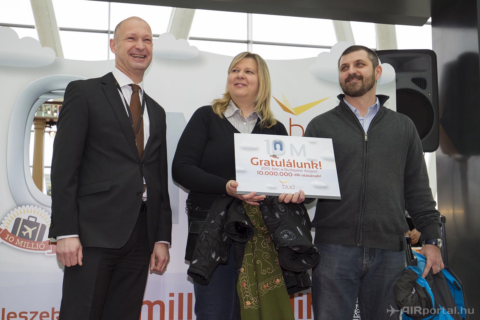 A nyertest és párját Jost Lammers, a Budapest Airport vezérigazgatója köszöntötte. (Fotók: AIRportal.hu)   © AIRportal.hu