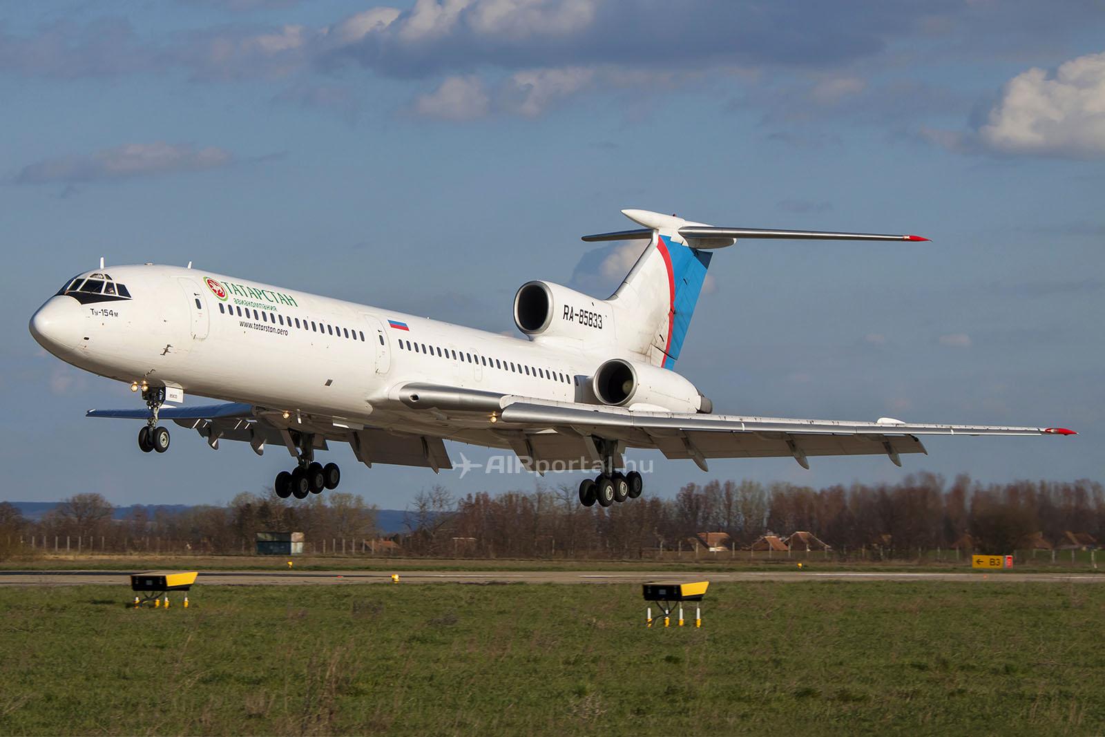 Az egyik utolsó orosz charterjárat 2013. áprilisában Sármelléken, melyet a klasszikus Tupoljev 154M típus teljesített. (Fotó: AIRportal.hu) | © AIRportal.hu