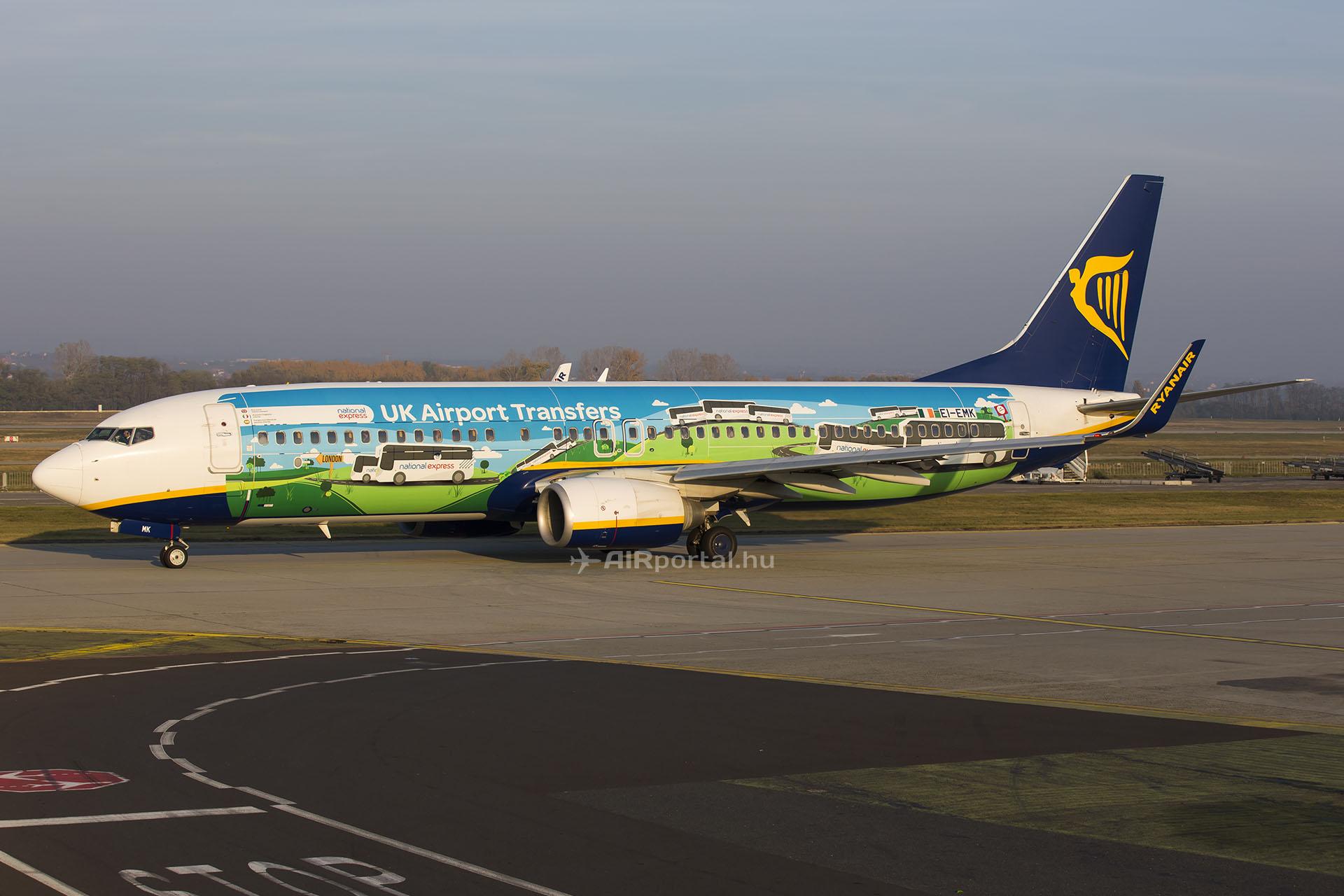 Különleges promóciós festéssel ellátott Ryanair Boeing 737-800 indulóban Budapestről. (Fotó: AIRportal.hu) | © AIRportal.hu