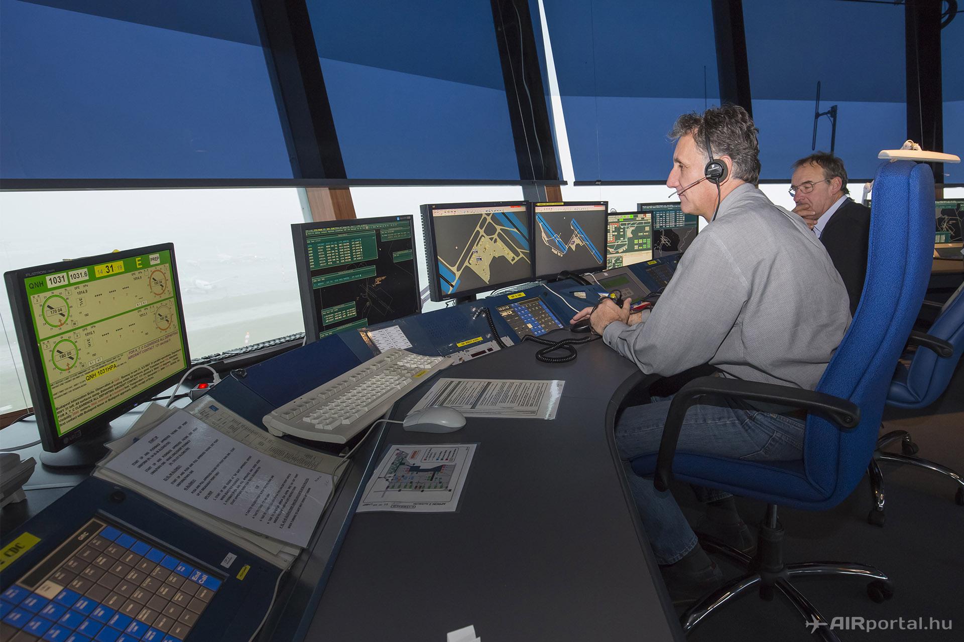A repülőtéri légiforgalmi irányítók ma már sokkal többet figyelik az egyes rendszerek monitorjait és kevesebbet néznek kifelé az ablakon, mint a korábbi időkben.   © AIRportal.hu