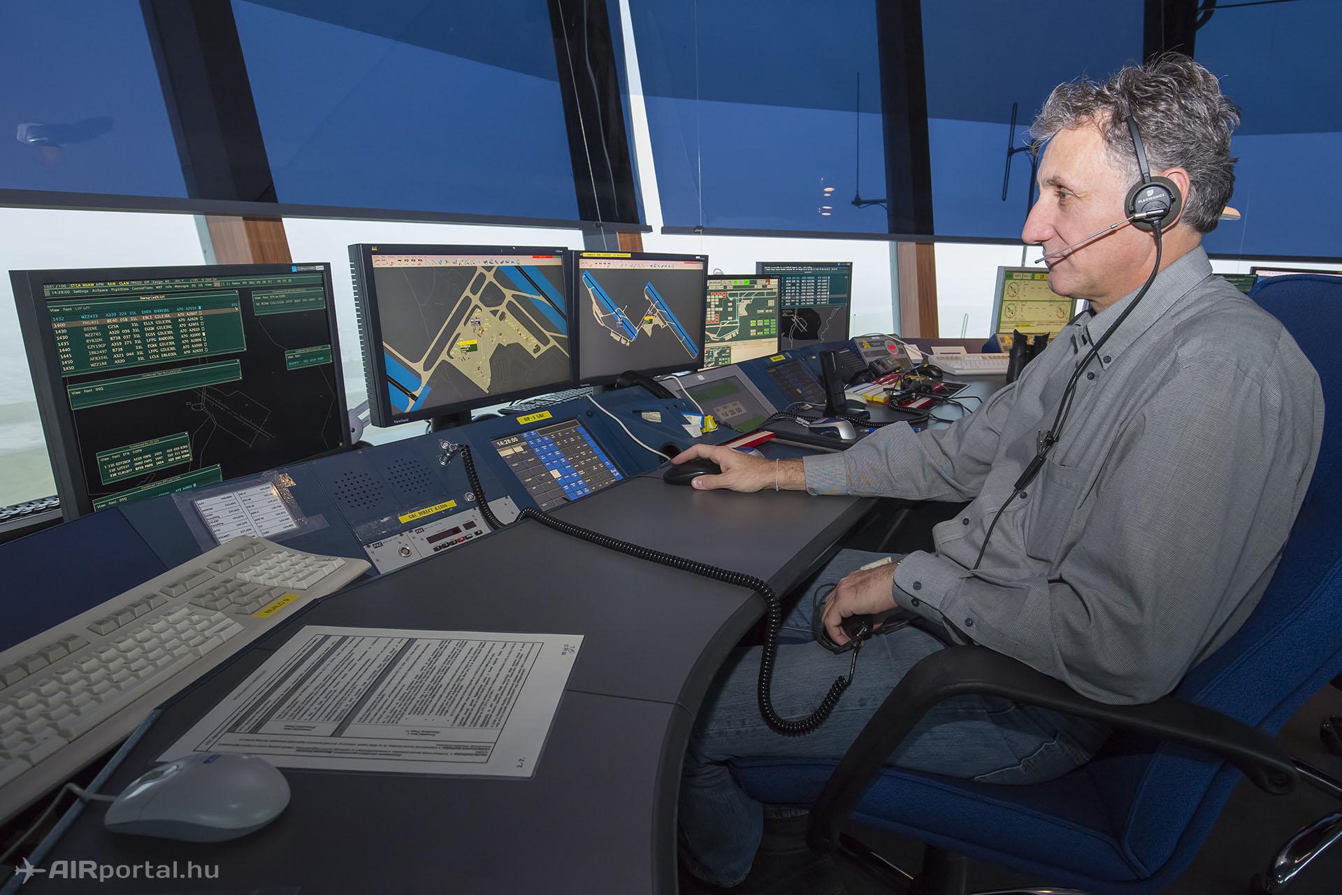 Az osztályvezető is aktív szakszolgálati engedéllyel rendelkező légiforgalmi irányító.   © AIRportal.hu