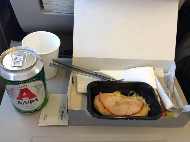 Fém evőeszköz, meleg étel ízléses tálalásban. Ritkaság ez a hagyományos légitársaságok között is a turista osztályon.   © AIRportal.hu