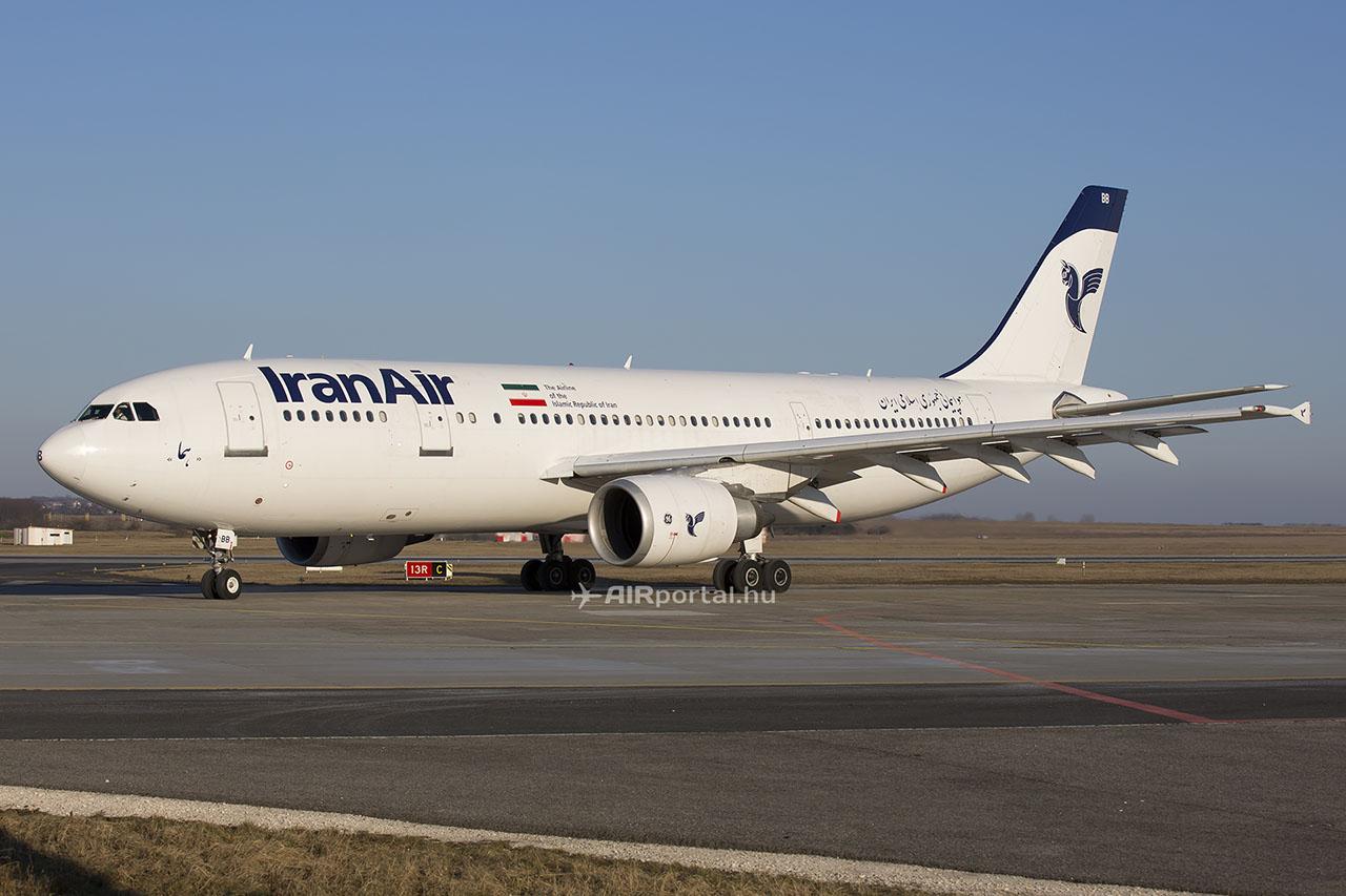 Az Iran Air repülőgépei az elmúlt években rendszeresen szálltak le Ferihegyen, hogy nyugat-európai repterekről Irán felé tartva üzemanyagot vételezzenek. A legtöbb európai reptéren nem szolgálták ki a légitársaság gépeit üzemanyaggal a kereskedelmi szankciók miatt. A képen látható EP-IBB lajstromjelű Airbus A300-605R repülőgépet 1994-ben gyártották. (Fotó: AIRportal.hu) | © AIRportal.hu