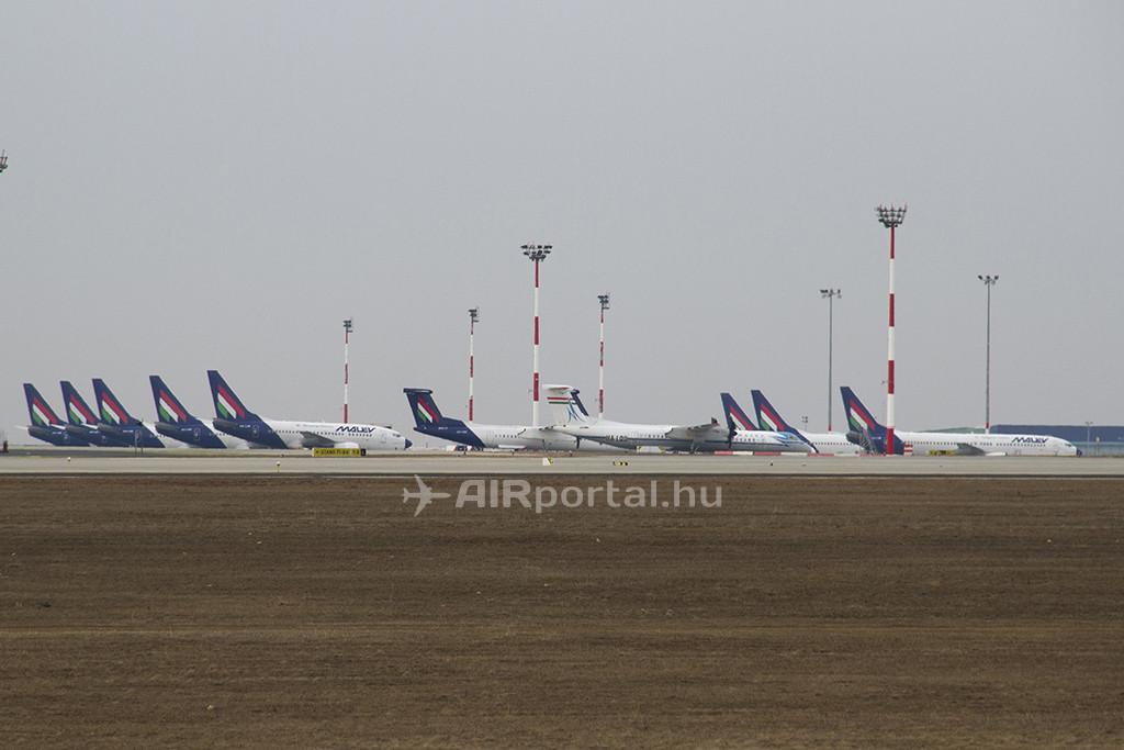 A Ferihegyen veszteglő Malév gépek 2012. február 3-án. (Fotó: Ispán Tamás - AIRportal.hu)   © AIRportal.hu