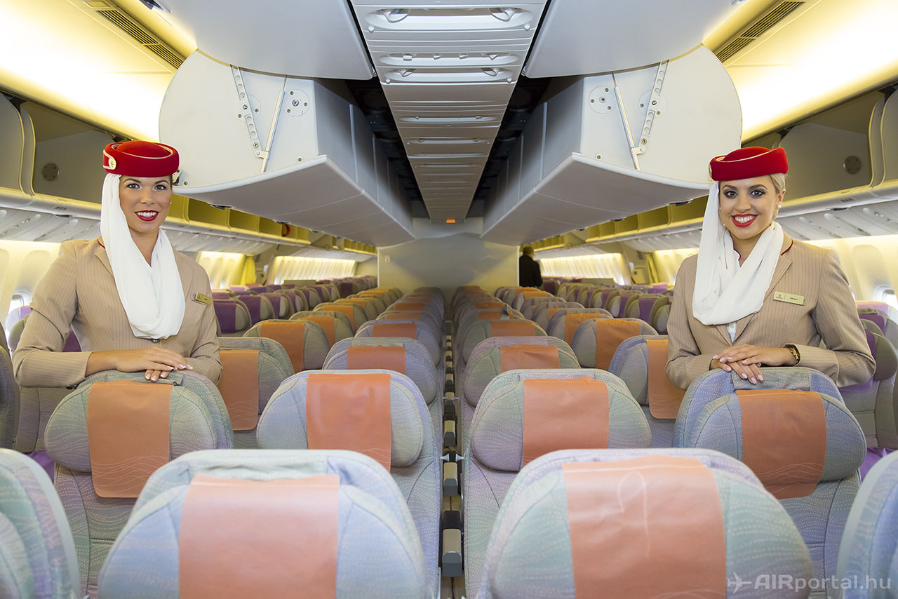 Az Emirates két légiutaskísérője egy Boeing 777-es turista osztályú fedélzetén. (Fotó: AIRportal.hu)   © AIRportal.hu
