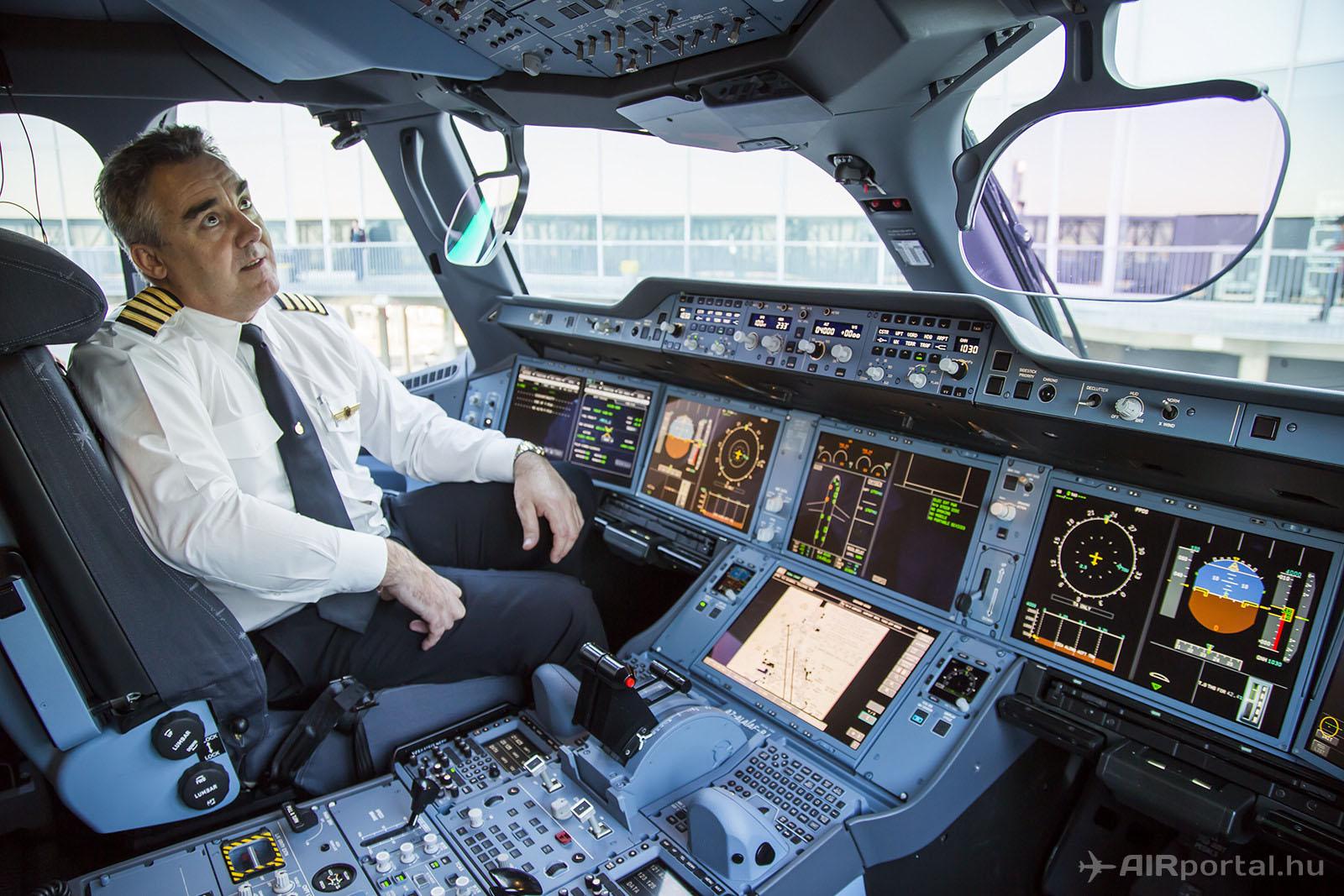 A Qatar Airways Airbus A350-esének pilótafülkéje. (Fotó: AIRportal.hu)   © AIRportal.hu