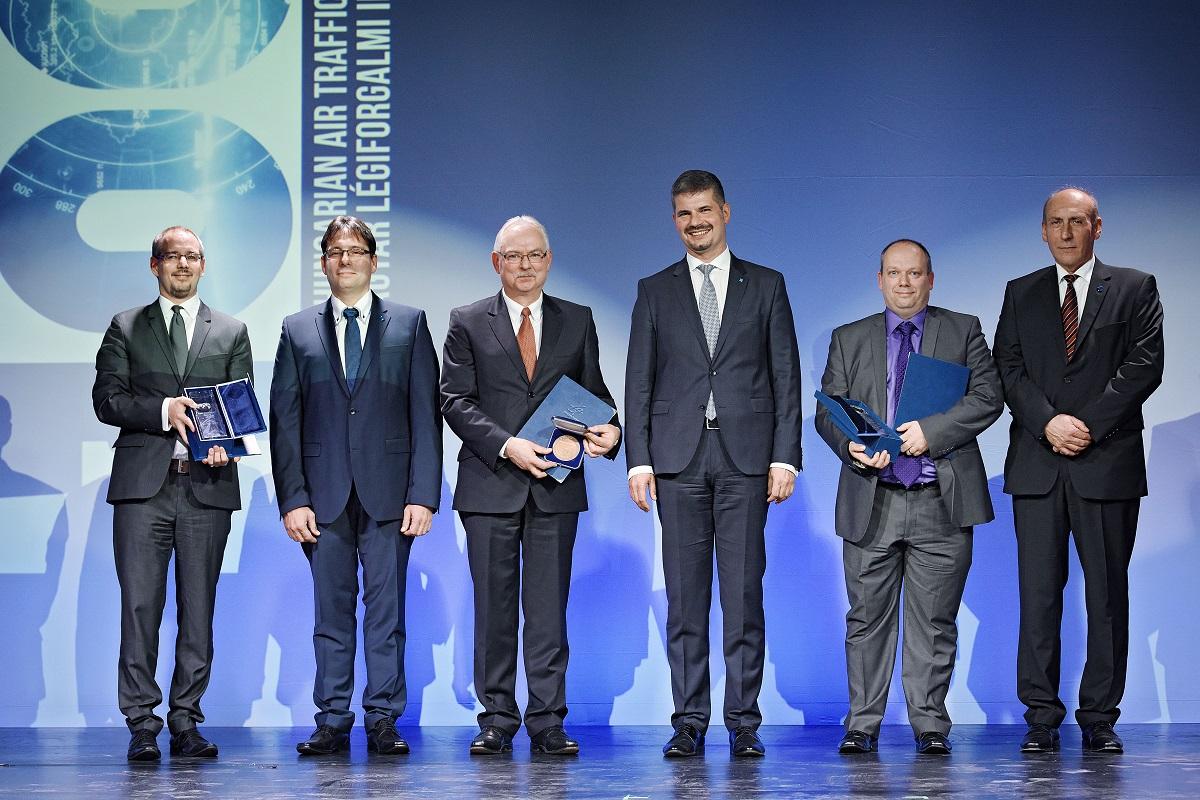 Balról jobbra: Horváth Gábor, az Emirates Légitársaság magyarországi képviselet vezetője; Székely Zoltán, a HungaroControl biztonsági igazgatója; Hannu Juurakko, a Frequentis ATM igazgatója;  Szepessy Kornél a HungaroControl vezérigazgatója; Roy Langridge, a Mileridge Kft. igazgatója és Hangyál Gyula, a HungaroControl légiforgalmi igazgatója. (Fotó: Hungarocontrol) | © AIRportal.hu