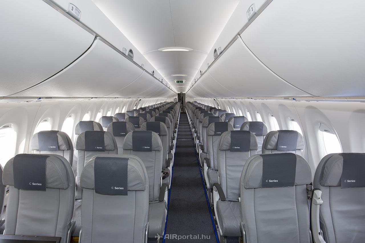 Egy sorban öt ülés található, köztük széles folyosó. | © AIRportal.hu