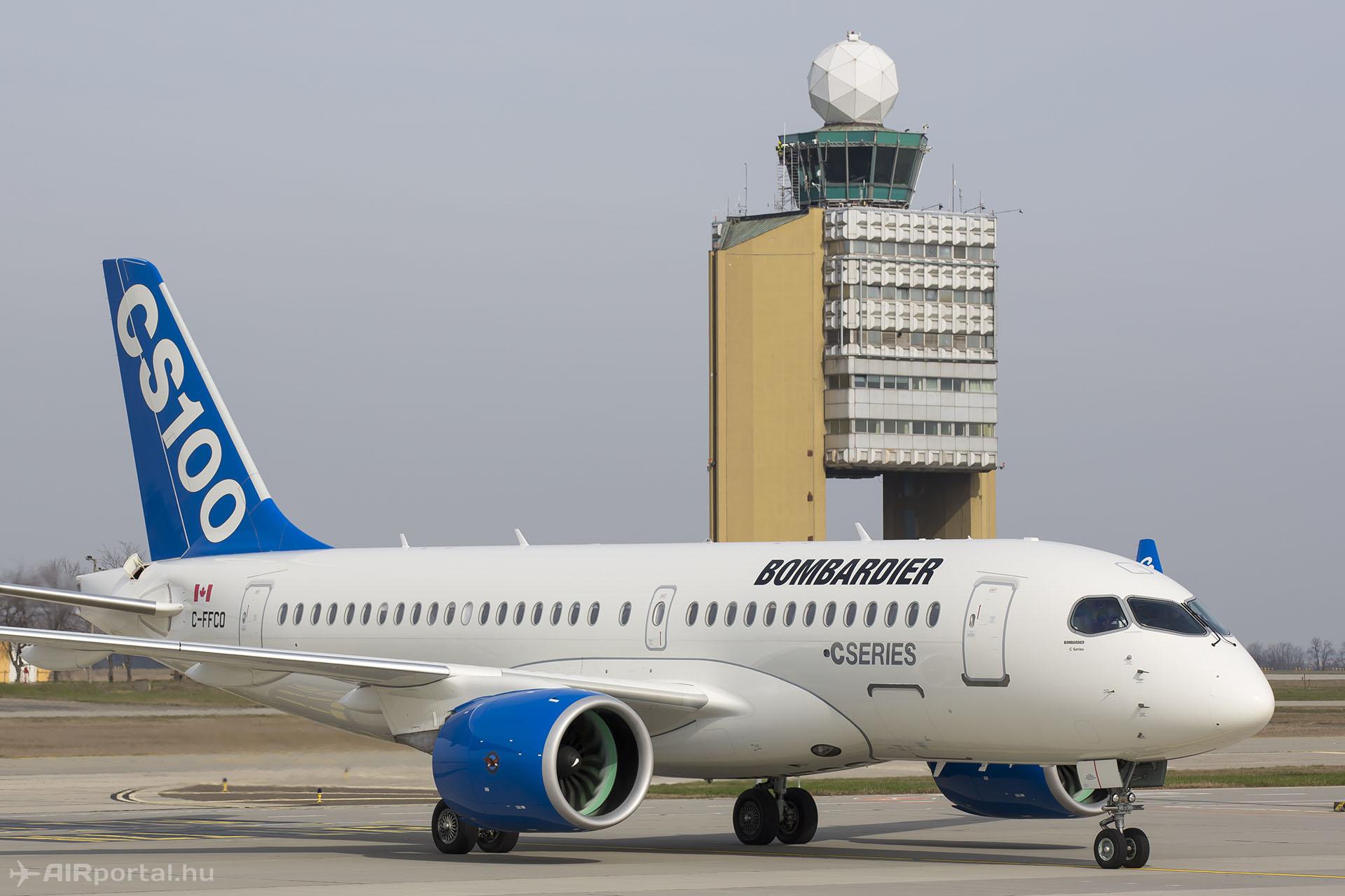 Az elmaradhatatlan fotó a toronnyal, ahogy szépen CSENDBEN gurul be a repülőgép az állóhelyre. | © AIRportal.hu