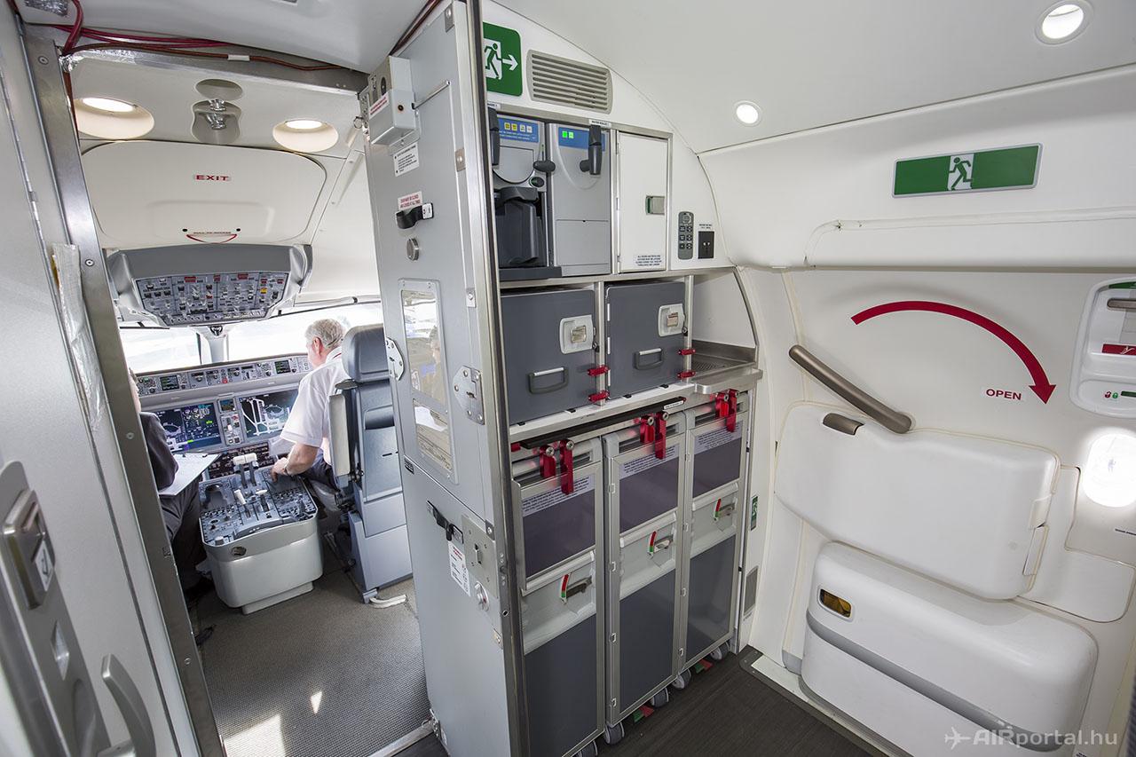 A repülőgép bal első ajtaján belépve. | © AIRportal.hu