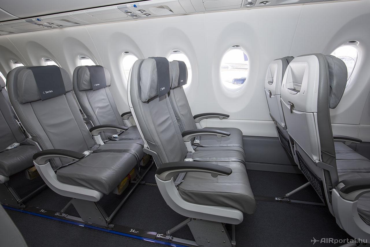 A repülőgép ablakai is jóval nagyobbak a Boeing 737 és Airbus A320 típusokénál, ezt néhol az ablakra ragasztott matrica is szemlélteti. | © AIRportal.hu