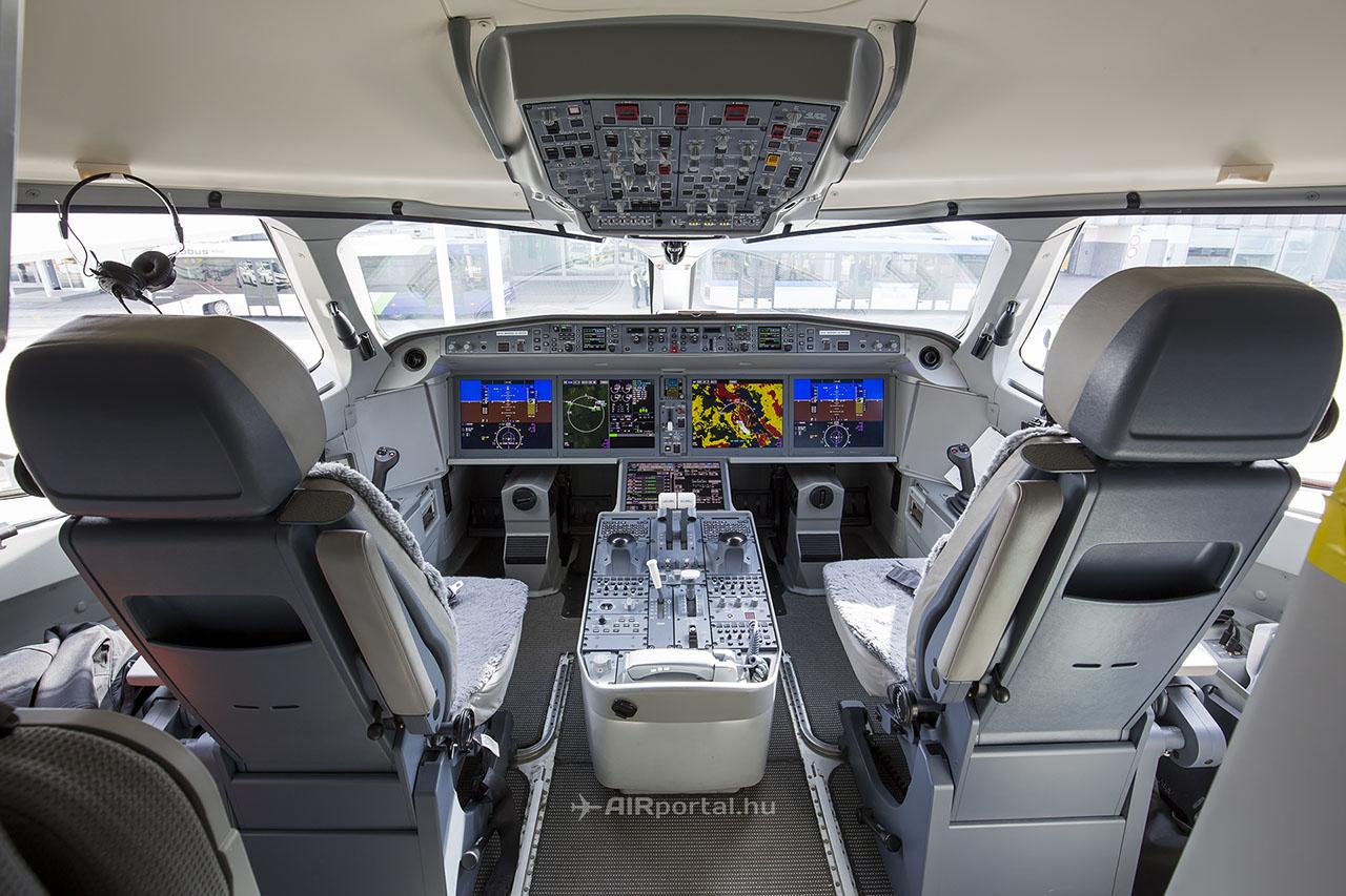 Modern, letisztult és tágas pilótafülke hatalmas kijelzőkkel és sidestick-ekkel. A nagy méretű ívelt ablakok pazar kilátást biztosítanak a pilótáknak. | © AIRportal.hu